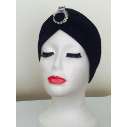 Turbante negro con broche