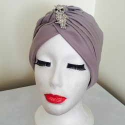 Turbante gris con broche